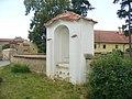 Kaplička v ohradní zdi kostela ve Vrbně u Mělníka (Q66565013).jpg
