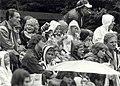 Kinderen genieten ondanks de regen van Horlepiep. Geschonken in 1986 door United Photos de Boer bv. Identificatienummer 54-015745, NL-HlmNHA 54015745.JPG