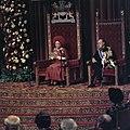 Koningin Juliana leest de troonrede voor, naast haar prins Bernhard, Bestanddeelnr 254-9760.jpg