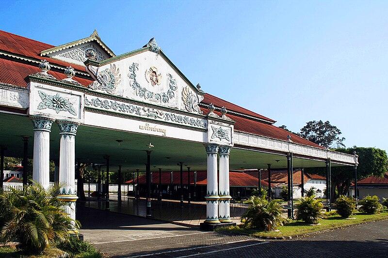 File:Kraton Yogyakarta Pagelaran.jpg