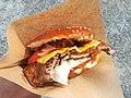 Leckerer Burger wie man ihn oft auf Street Food Festivals kaufen kann.jpg