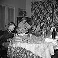 Lis Groes zittend aan tafel met haar gezin, Bestanddeelnr 252-8991.jpg