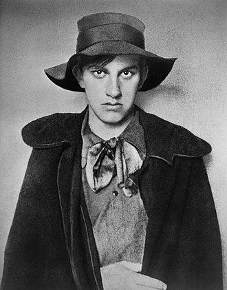 https://upload.wikimedia.org/wikipedia/commons/thumb/3/33/Mayakovsky-1910.jpg/330px-Mayakovsky-1910.jpg