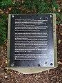 Minnesstenens skylt i Visby Botaniska trädgård.jpg