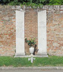 Monumento che ricorda la notte tra l'11 e il 12 agosto del 1944 quando nei pressi della Certosa un plotone di esecuzione italiano fucilò 7 persone arrestate nei giorni precedenti anche nella zona di Cocomaro di Focomorto