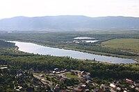 Pohled na Matyldu, za ní Kopistská výsypka s jezerem Vrbenský. V pozadí panorama Krušných hor.