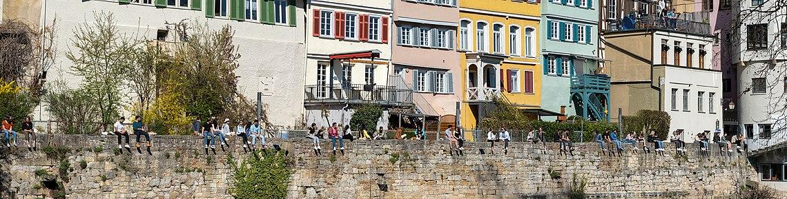 Neckarmauer in Tübingen von der Neckarinsel aus gesehen.jpg