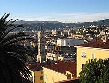 Vue orientée ouest rapprochée depuis une colline du Vieux-Nice avec un clocher au centre légèrement décalé à gauche.