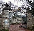 Nieppe, au portail du Chateau.jpg