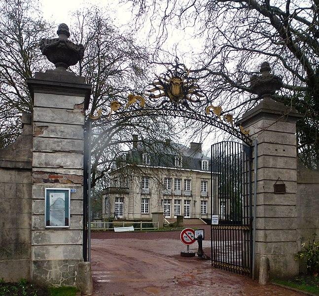 Le château Nieppe et son portail.  Nord.- France