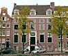 foto van Dubbel huis met gevel voorzien van middenrisaliet en hoeklisenen