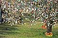 Ostereierbaum, mit 10.000 Eiern geschmückt IMG 9660WI.jpg