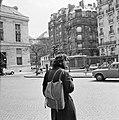 Overstekende 'beatnik' in Saint-Germain-des-Prés, Bestanddeelnr 254-0444.jpg