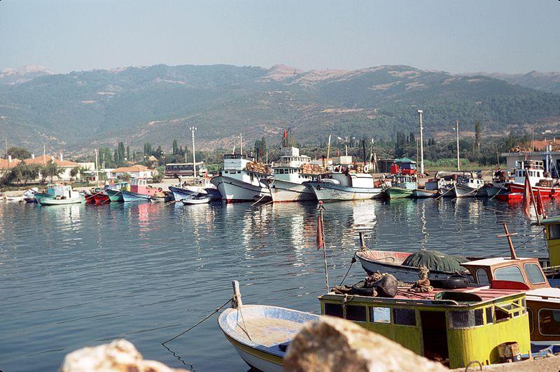 File:Pêcheurs et bateaux de pêche de Güzelbahçe (1).jpg