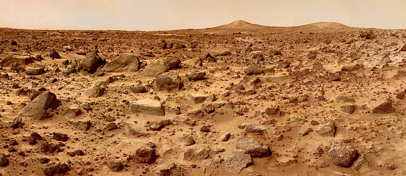Photo panoramique du soite d'atterrissage de Mars Pathfinder. On distingue nettement à l'horizon deux collines baptisées Twin Peaks.