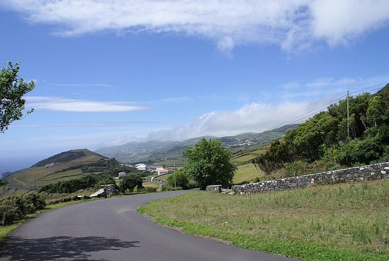 Ficheiro:Paisagem visivel a caminho de Santo Amaro, Velas, ilha de São Jorge, Açores.JPG