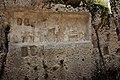 Palazzolo Acreide, Akrai, necropoli Intagliatella, bassorilievo votivo, dettaglio.jpeg
