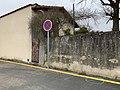 Panneau interdit d'arrêter et marquage au sol jaune, Chemin du Milieu (Beynost).jpg