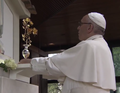 Papa Francisco oferece a Rosa de Ouro ao Santuário de Fátima (12 de Maio de 2017).png