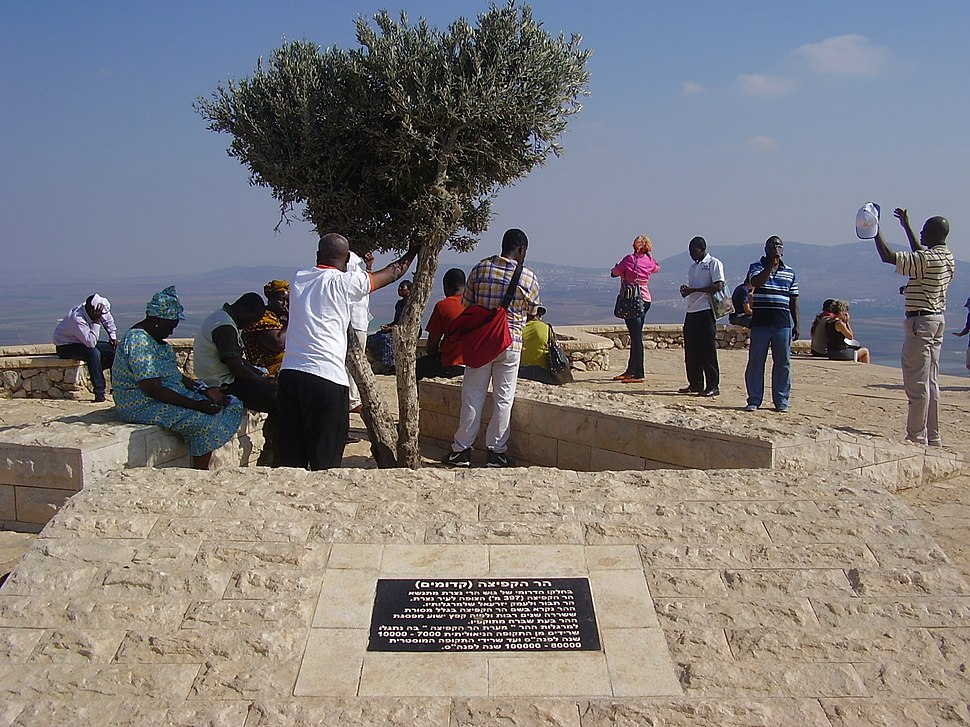PikiWiki Israel 24976 Pilgrims praying on Mount Precipe