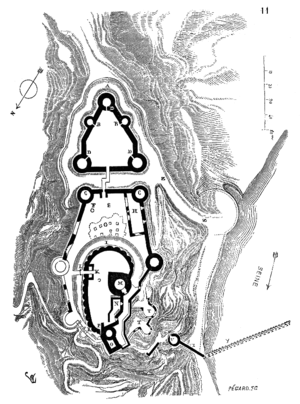 The outer bailey, at the top of the plan, is pentagon shaped and there are five towers spaced along the wall, three of which are at corners. The outer bailey leads to the middle bailey which is an irregular polygon; like the outer bailey, the walls of the middle bailey are studded with five towers. Within the middle bailey is the inner bailey at the bottom of the plan, which in turn contains the keep.