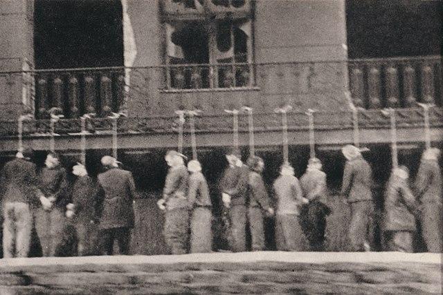 > Prisonniers polonais pendus en 1944 à la prison Pawiak à Varsovie. Photo prise par la résistance depuis un tramway.