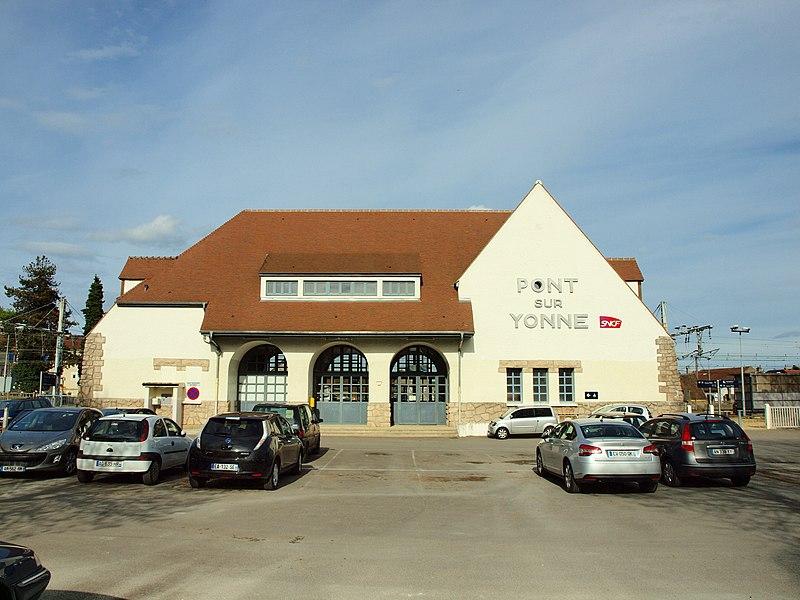 Gare ferroviaire de voyageurs de Pont-sur-Yonne (Yonne, France)