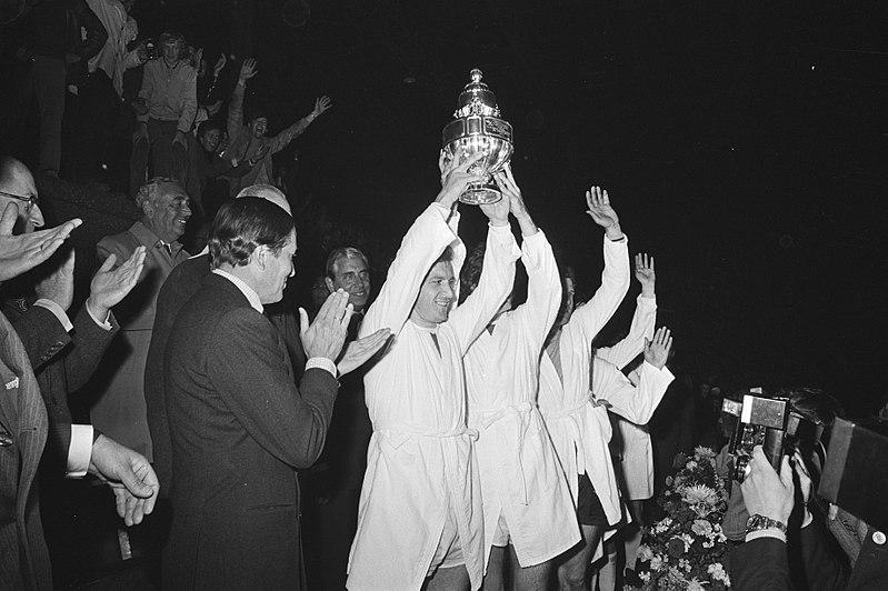 File:Prins Claus (l) en Ajax-speler Vasovic met de beker, Bestanddeelnr 924-5679.jpg
