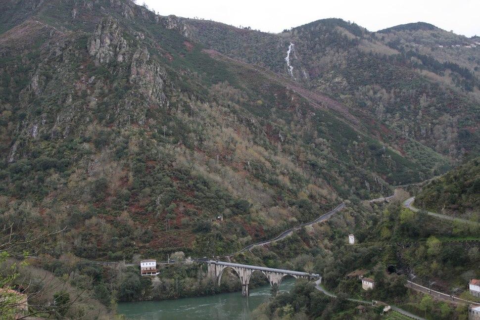 Puente sobre Sil entre Santo Estevo de Ribas do Sil e Pantón