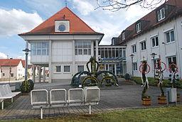 Rathaus Langweid mit Osterbrunnen