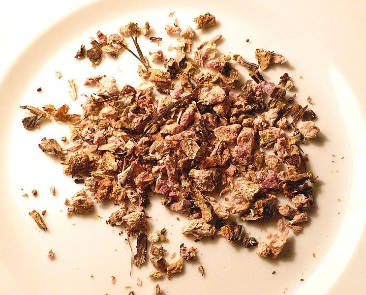 Куски сушёного корня родиолы розовой (Rhodiola rosea)