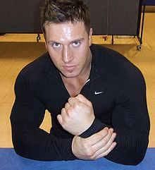 Rob Terry portant un sweat shirt noir