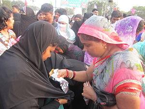 Rottela Panduga - Hindu-Muslim women Pilgrims exchanging Rotis,at svarana Tank,Nellore