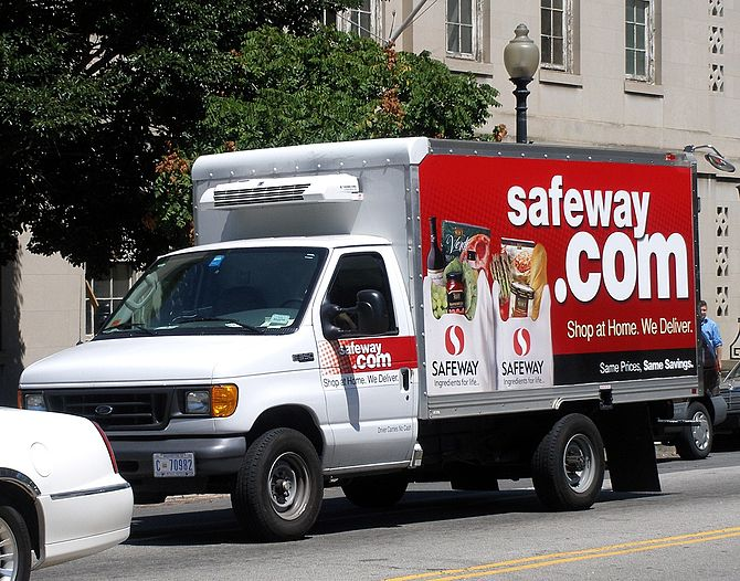 English: A Safeway.com delivery truck (operate...