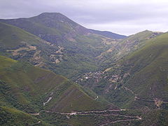 El pico de la Aquiana y a su falda Montes de Valdueza.