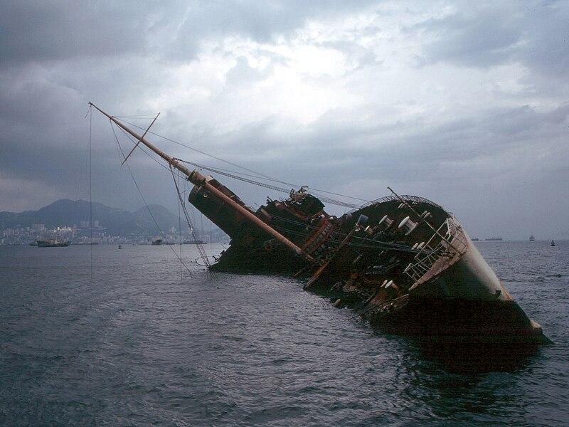 El Seawise University, antiguo Queen Elizabeth, tras el incendio de 1972, a la entrada del puerto de Hong Kong.
