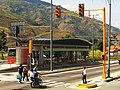 Semáforos y estación de Trolebús en Mérida, Venezuela.jpg