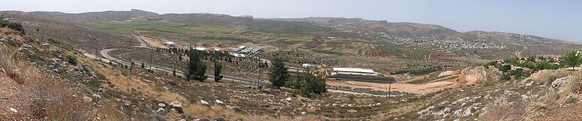 תצפית על עמק שילה, כולל אזור התעשייה ומטעי הזיתים והגפנים, 2008
