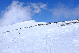 Skiers on their way towards Glittertind in Jotunheimen.jpg