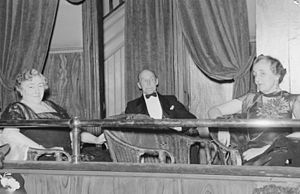 Her Majesty's Theatre, Montreal - Spectators at a premiere, His Majesty's Theatre, 1940.