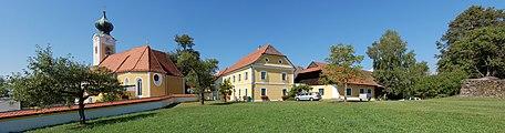 St. Gotthard - Pfarrhof mit Pfarrkirche.jpg