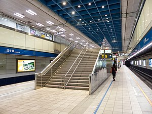 Stair to Concourse in Central Platform of Jiangzicui Station 20140523.jpg