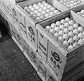 Stapels kratten gevuld met eieren, Bestanddeelnr 252-9085.jpg