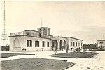 L'edificio della trasmittente di Ceglie del Campo, con i due tralicci dell'antenna sullo sfondo.