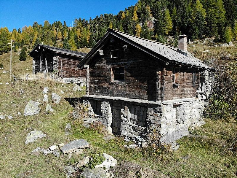 File:Sufers Heidihütte2.jpg