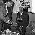 Sydney Bechet tekent grammofoonplaten bij Discotone eigenaar Hank van Leer L. , Bestanddeelnr 908-0484.jpg