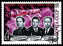 Bemanning Sojoez 11 op een postzegel. V.l.n.r. Dobrovolski, Volkov, Patsajev.