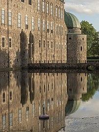 Façade et douves du château de Vadstena (Suède). (définition réelle 1860×2480)