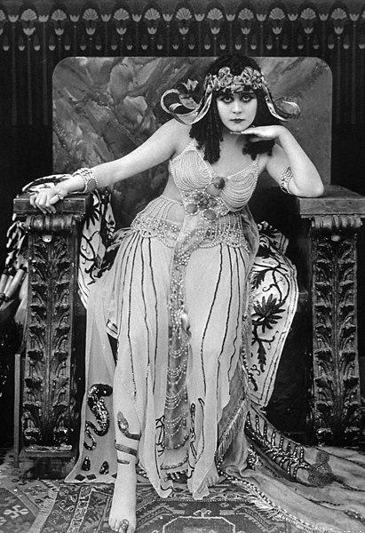 Ficheiro:Theda-bara-cleopatra.jpg – Wikipédia, a enciclopédia livre