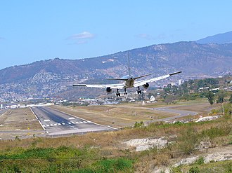 Toncontín International Airport - Toncontín before the removal of the hillside